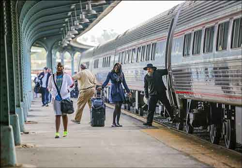 Passengers get off the Amtrak train in Toledo.  THE BLADE/ANDY MORRISON